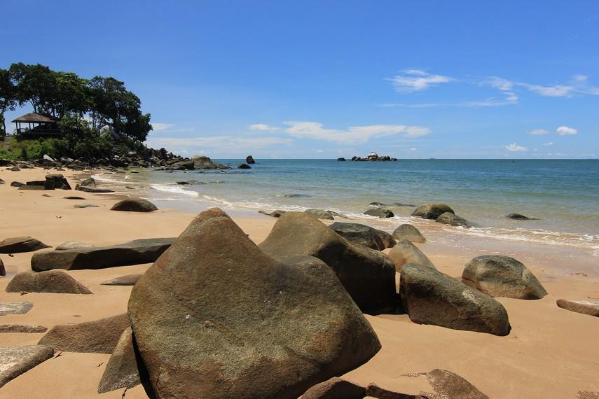 Pantai Tanjung Batu berada di Desa Burung Mandi, Manggar, Belitung Timur