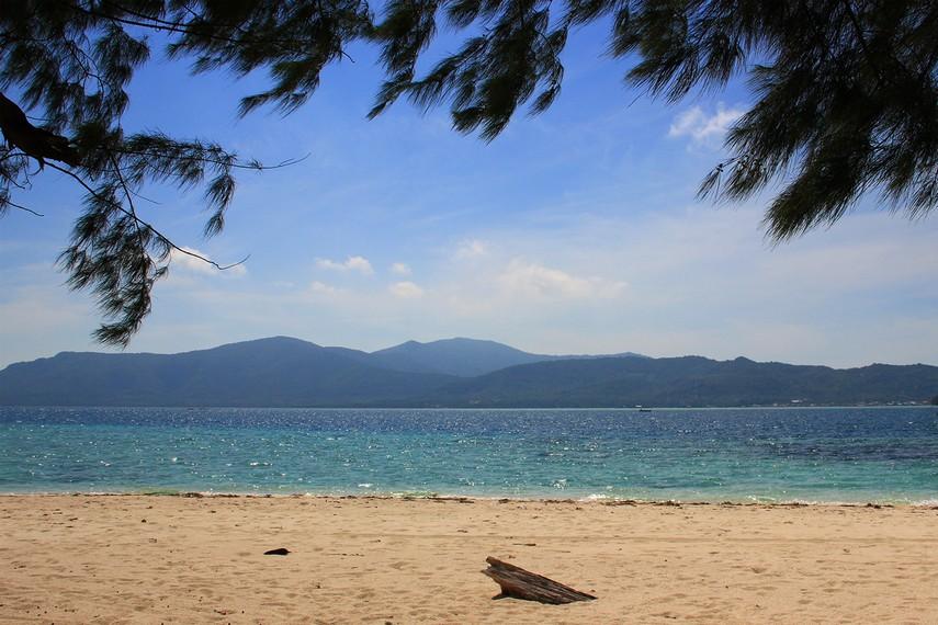 Pantai yang bersih dengan hamparan pasir putih yang membentang seperti menyambut pengunjung ketika pertama kali menginjakan kaki di pulau ini