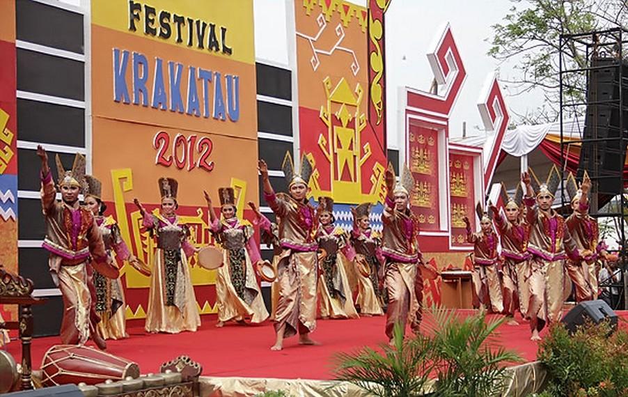 Para penari beraksi mempersembahkan tarian khas Lampung yang ditampilkan di Festival Krakatau