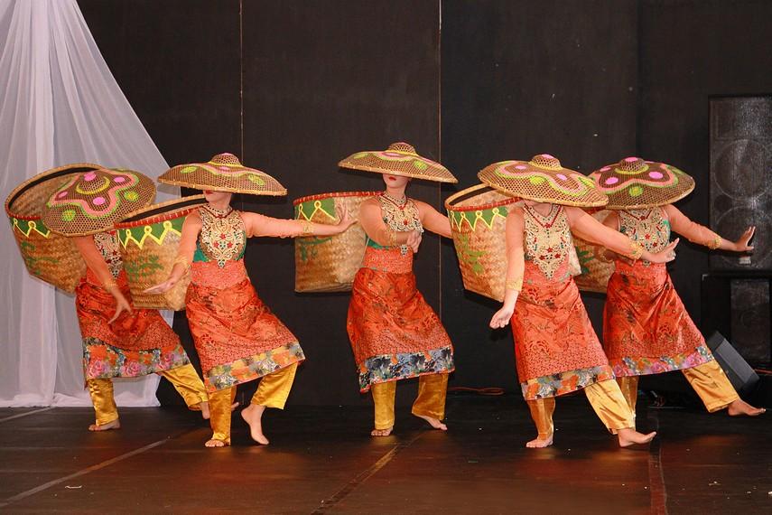 Para penari dengan bakul di punggung melakukan gerakan-gerakan memetik teh di perkebunan teh