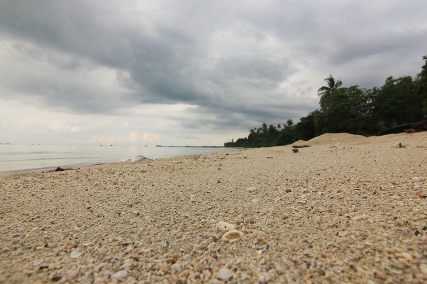Pasirnya yang putih dan lembut membuat pengunjung dapat menikmati jalan-jalan santai di pinggir pantai