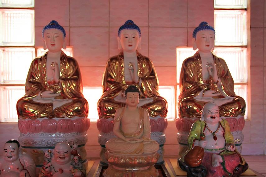 Patung-patung budha yang terdapat di salah satu tempat sembahyang yang ada di Vihara Dewi Kwan Im