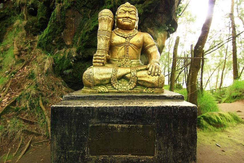 Patung Gajah Mada yang ada di depan Batu Tulis. Patung ini dibuat sebagai tanda bahwa di masa lalu Dieng merupakan bagian dari Kerajaan