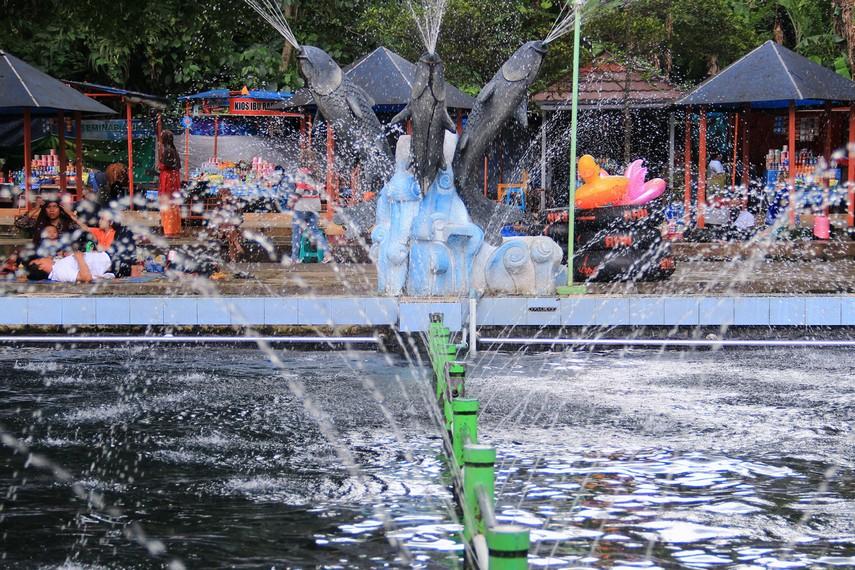 Pemandian Cibulan menawarkan pengunjung berupa wisata berenang bersama ikan dewa