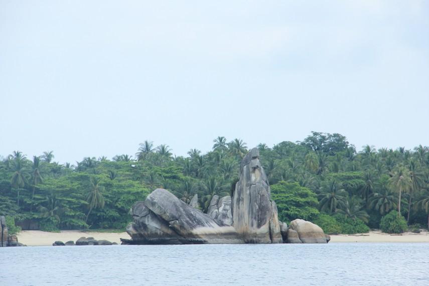 Pulau Burung berada di sekitar kawasan Pantai Tanjung Kelayang dan menjadi salah satu pulau yang banyak dikunjungi wisatawan