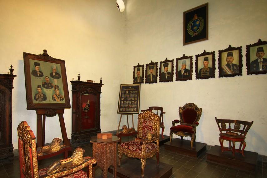Ruang pertama menampilkan foto-foto raja yang pernah berkuasa di Surakarta. Di ruang ini, juga terdapat kursi peninggalan Pakubuwono IV