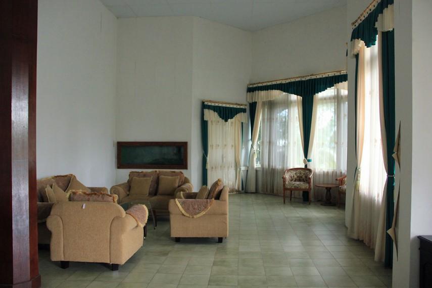 Rumah ini dibangun sekitar tahun 1862 dan letaknya persis di depan Pantai Tanjung Pendam Belitung