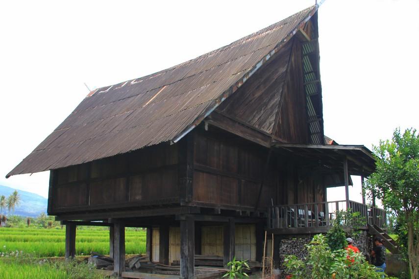 Rumah ini memiliki ciri khas pada atapnya yang meruncing bagai tanduk