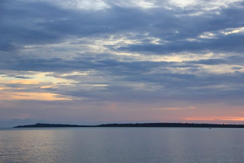 Saat yang tepat untuk ke pantai ini adalah saat sore menjelang matahari terbenam