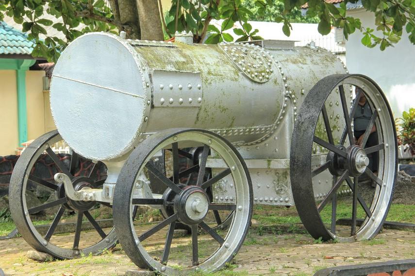 Salah satu lokomotif yang pernah digunakan untuk penambangan timah bisa dilihat di halaman depan museum