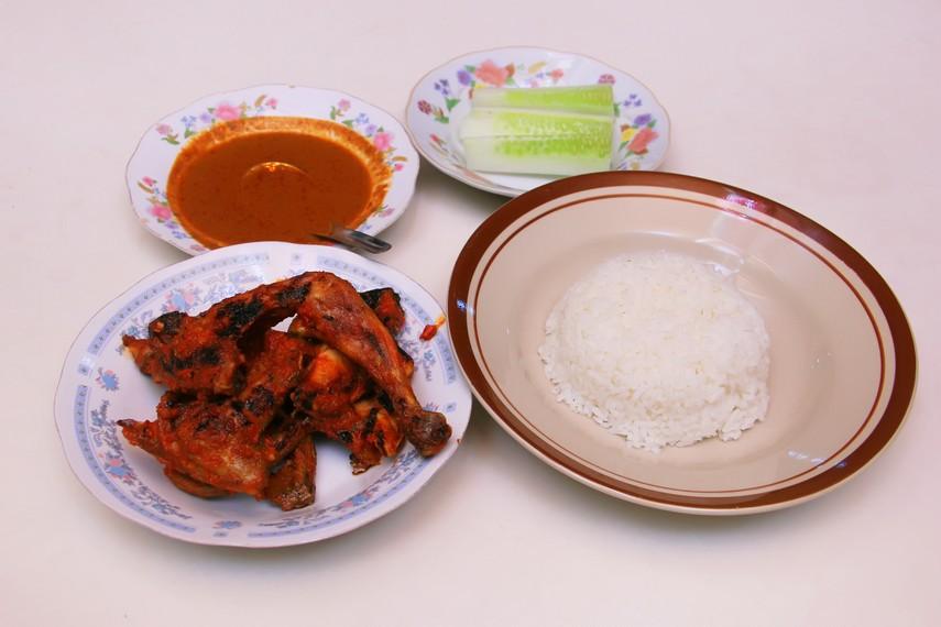 Satu porsi ayam taliwang lengkap dengan sambal dan ketimun