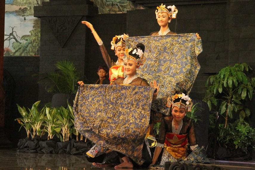 Secara bersama-sama kelima penari bergerak lincah dan berbaris, sambil memegang batik