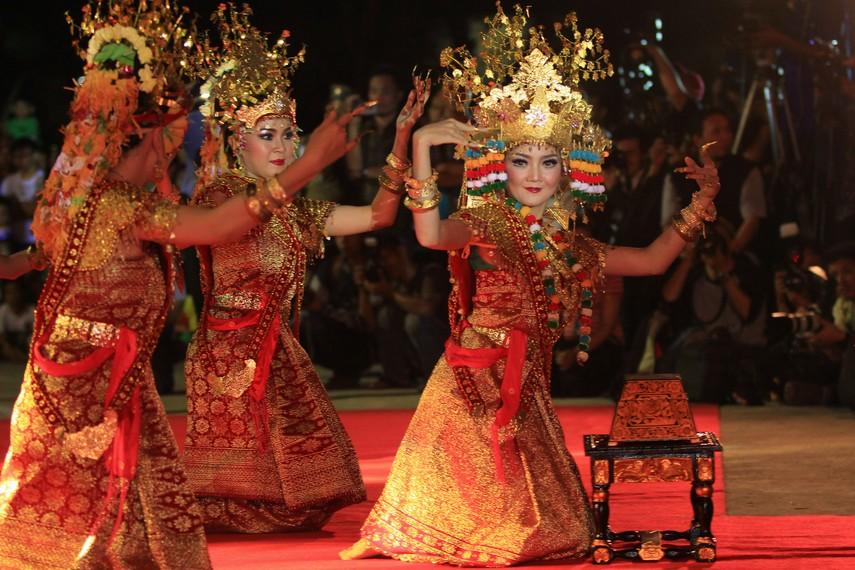 Secara umum tari Gending Sriwijaya ditarikan oleh 9 orang penari yang semuanya adalah perempuan