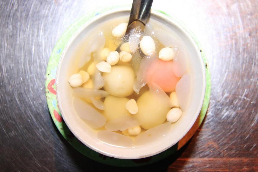 Seperti halnya wedang rondhe, wedang dongo pun memasukkan kolang kaling dan kacang tanah, tapi tidak dengan irisan roti tawar