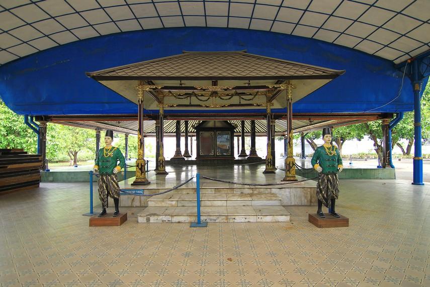 Sitihinggil diperkirakan dibangun pada 1766 Masehi. Di sini, terdapat Bangsal Sewoyono yang dibangun oleh Pakubuwono X