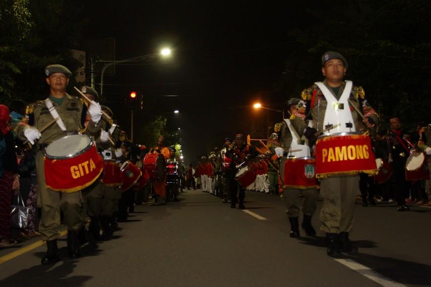 Tabuhan drum dari pasukan drum band Pemerintah Kota Solo menjadi penanda dimulainya parade solo karnaval
