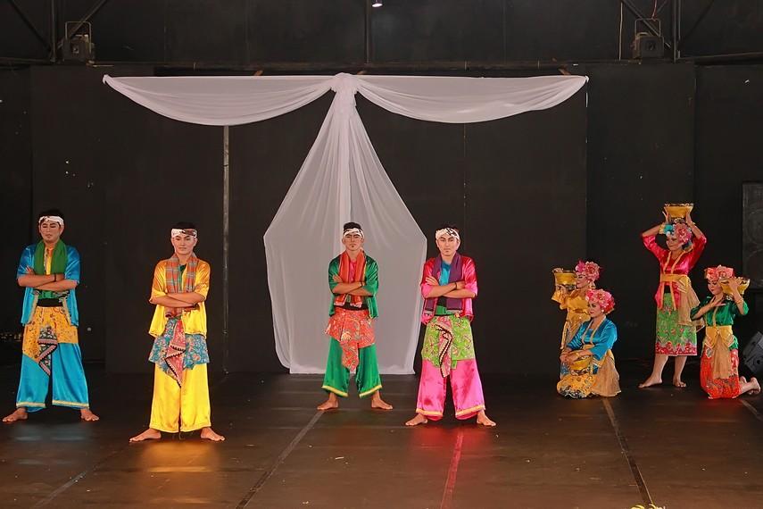 Tari Kamonesan dibuka dengan penari pria yang mempertotonkan atraksi menari dengan gerakan-gerakan tangan yang sekilas mirip gerakan silat