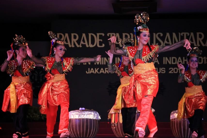 Tari beruji doll dipentaskan oleh 5-8 perempuan yang mengenakan pakaian tradisional Bengkulu