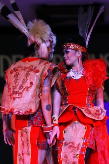 Tari bopureh menceritakan kisah cinta pemuda Dayak Jangkang kepada gadis Kanayan yang terhalang oleh adat