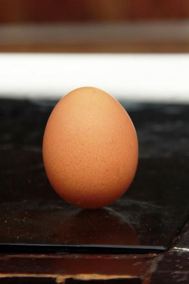 Telur dipercaya bisa berdiri pada bagian ujungnya di waktu Twan Ngo saat hari raya Twan Yang