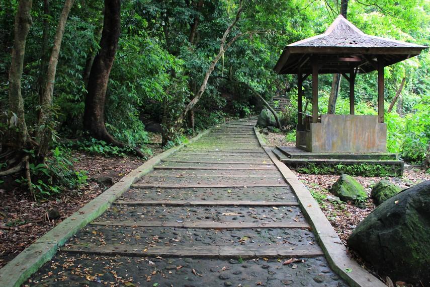 Untuk bisa mencapai puncak pengunjung harus menapaki anak tangga yang berjumlah 224