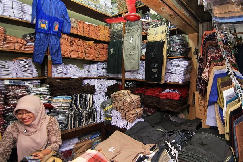 Walau terkenal sebagai salah satu pusat penjualan batik, Pasar Klewer juga berisi pedagang yang menjual aneka pakaian seperti seragam sekolah