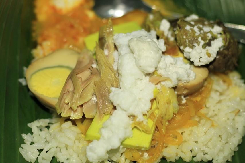 Yang membuat rasa nasi liwet menjadi spesial adalah areh - telur yang direbus bersama santan dan berbagai bumbu