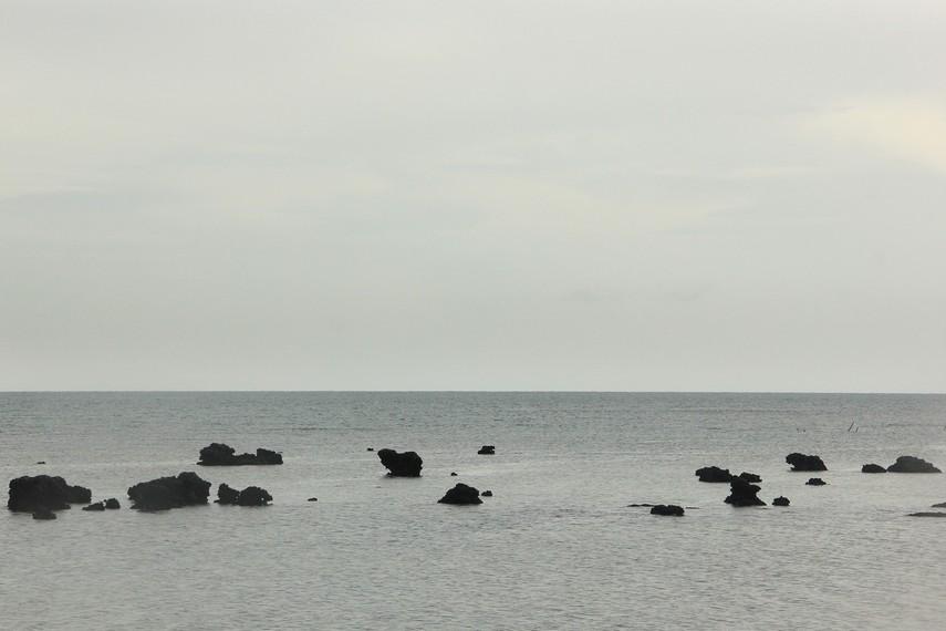 Paduan laut dan batu granit menjadi pemandangan yang indah di Pantai Pasir Panjang