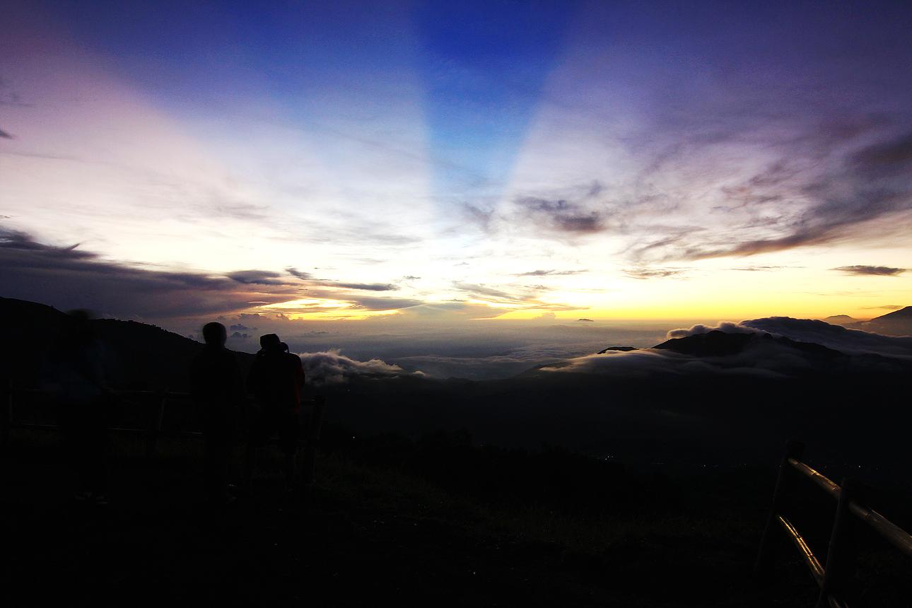 Dari pos penjaga, perjalanan menuju puncak Bukit Sikunir menempuh jarak sekitar 1 km, melalui jalan berbatu yang cukup terjal