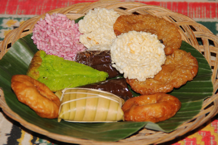 Beraneka kue menjadi hidangan dalam ritual Ngangkat menjelang perayaan Seren Taun di Kampung Budaya Sindang Barang
