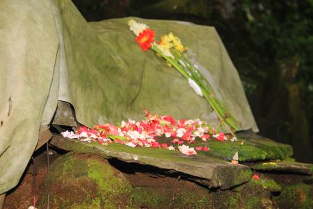 Ngembang mempunyai arti menabur kembang ke makam leluhur sebagai bentuk penghormatan