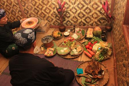 Setelah niat ditetapkan dalam netepkeun, warga yang datang dipersilahkan makan bersama