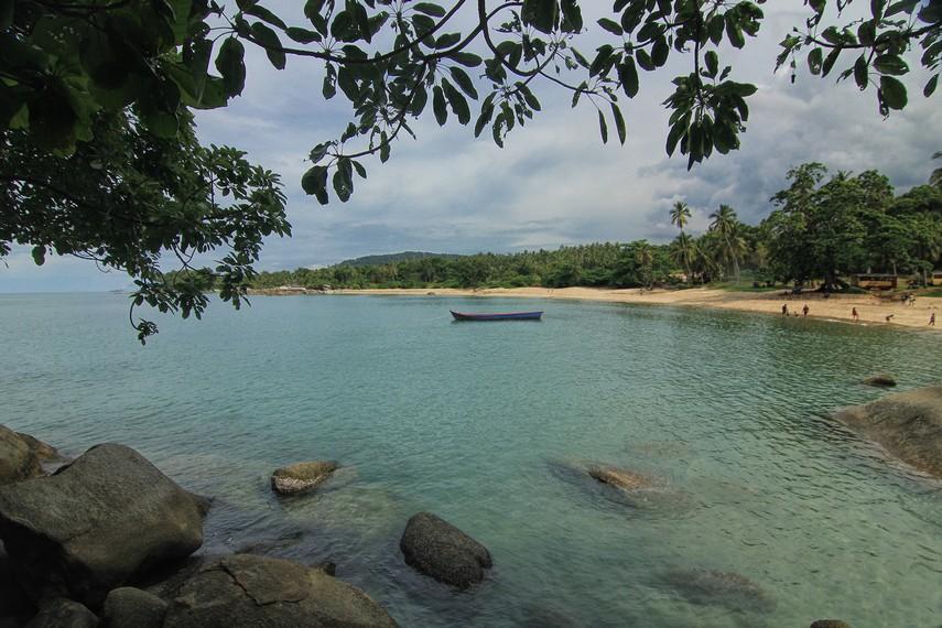 Air laut jernih yang dimiliki Pantai Teluk Uber membuat pantai ini sering dikunjungi masyarakat Pulau Bangka