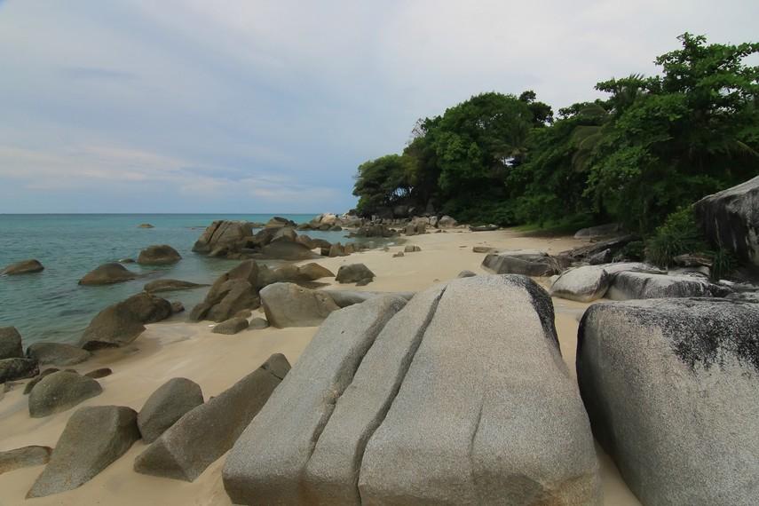 Bagian timur Pantai Tanjung Pesona dihiasi bebatuan granit yang indah dan memukau