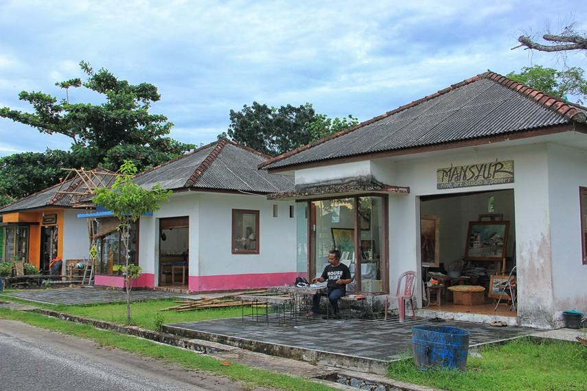 Berkeliling ke galeri-galeri yang ada di sekitar Pantai Tanjung Pendam menjadi salah satu aktivitas menyenangkan