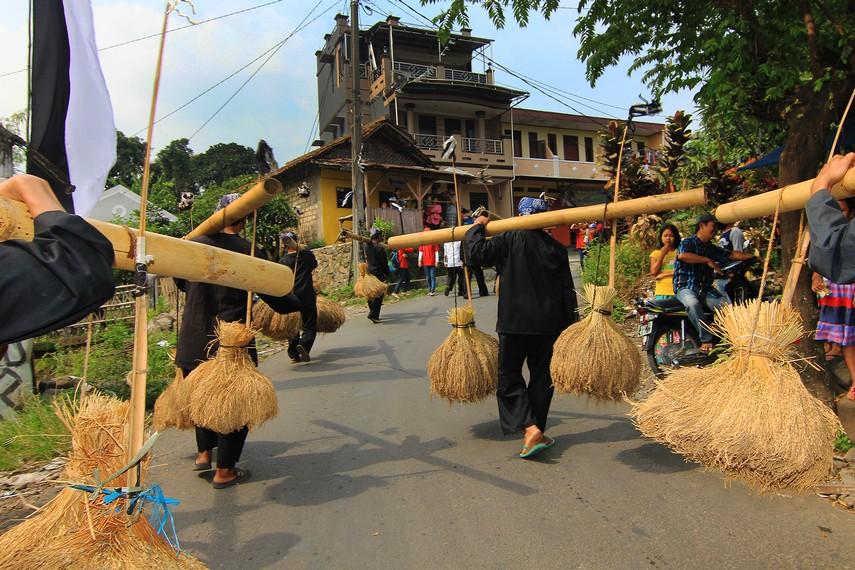 Rengkong terbuat dari bambu gombong yang dikaitkan setandan besar sehingga menghasilkan suara unik jika digoyang-goyangkan