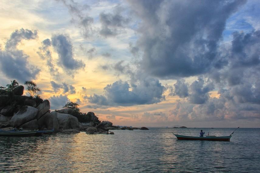 Menjelang malam, para nelayan biasa pergi melaut meninggalkan Pantai Tanjung Layang