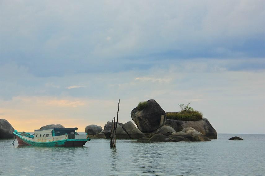Ombaknya yang bersahabat membuat Anda dapat berjalan ke tengah pantai dan mendekati tumpukan batu granit