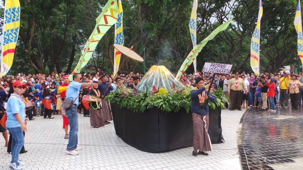 Kontingen dari Yogyakarta yang membawa miniatur Gunung Merapi lengkap dengan letusan-letusan petasan