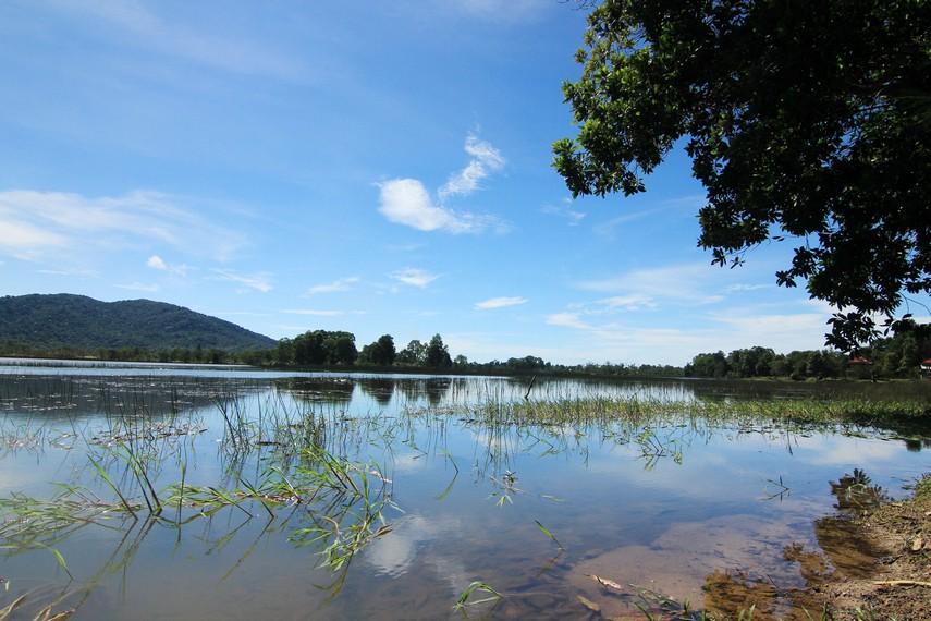 Air yang jernih dan tenang membuat Danau Mempayak menjadi tempat yang pas untuk mencari ketenangan