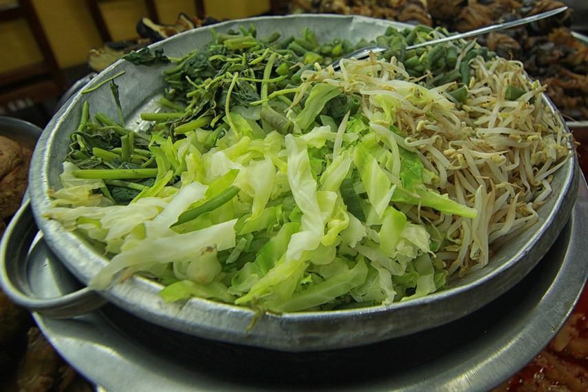 Aneka jenis sayuran segar seperti tauge, kangkung dan kol menjadi sajian segar yang ada dalam pecel koyor