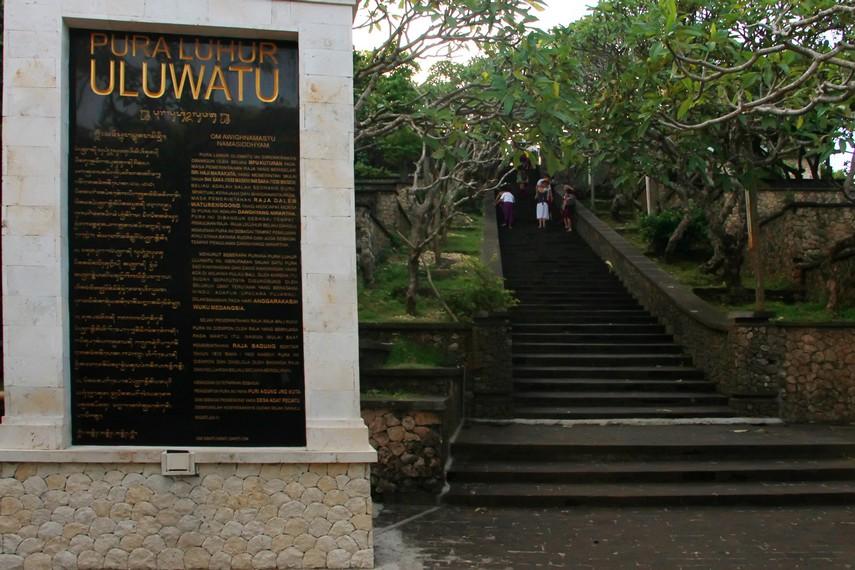 Awalnya, hanya ada satu akses jalan ke pura yang berada di puncak bukit karang ini, yaitu melalui tangga di sisi timur