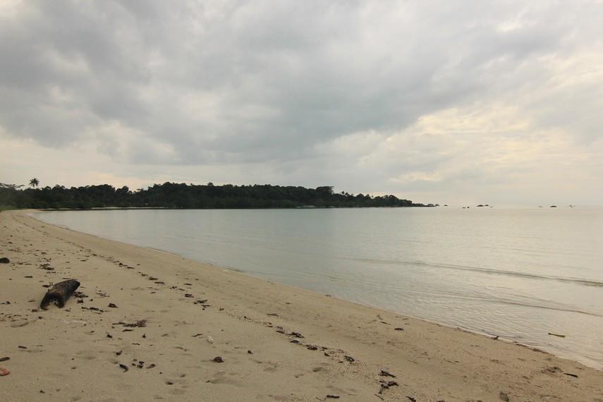 Bagi pengunjung yang menginginkan ketenangan, Pantai Ketapang sangat pas karena suasana di sini relatif sepi