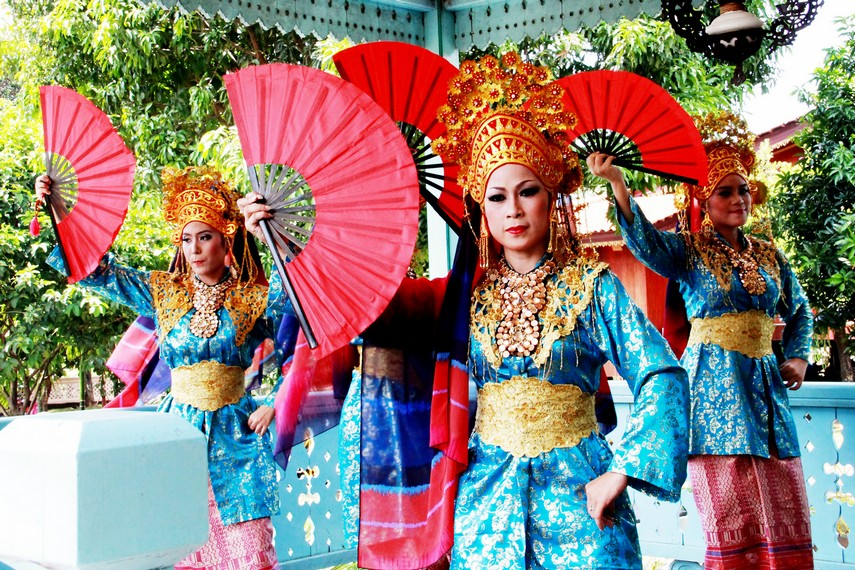 Baju yang digunakan oleh penari biasanya berwarna cerah, bagian bawahnya dibalut oleh kain songket bermotif indah