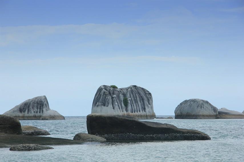 Batu-batu granit yang berdiri di tengah laut menjadi satu daya tarik lain dari Pulau Babi