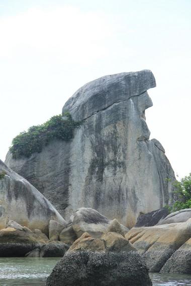 Bentuk batu granit yang unik dan menyerupai paruh burung menjadi daya tarik tersendiri di Pulau Burung