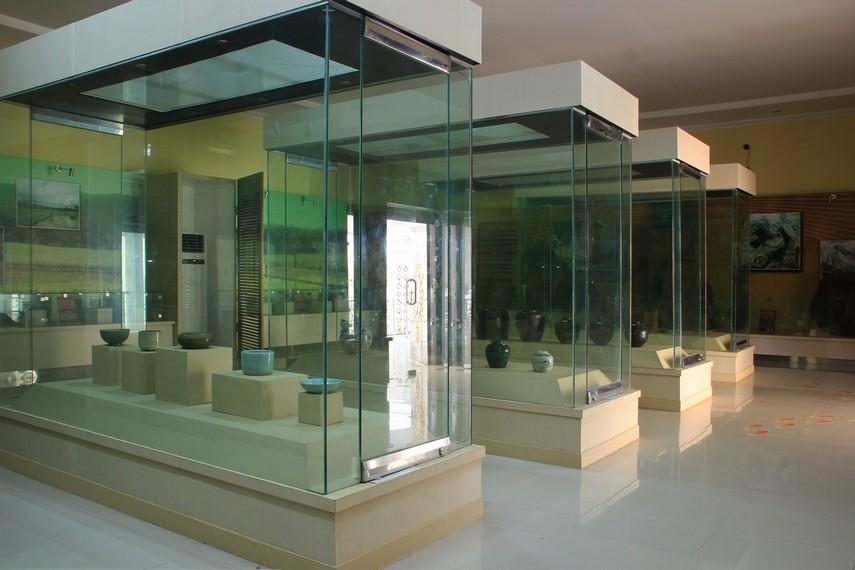 Berbagai koleksi di Museum Balaputera Dewa dipamerkan di dalam tiga ruang pamer utama