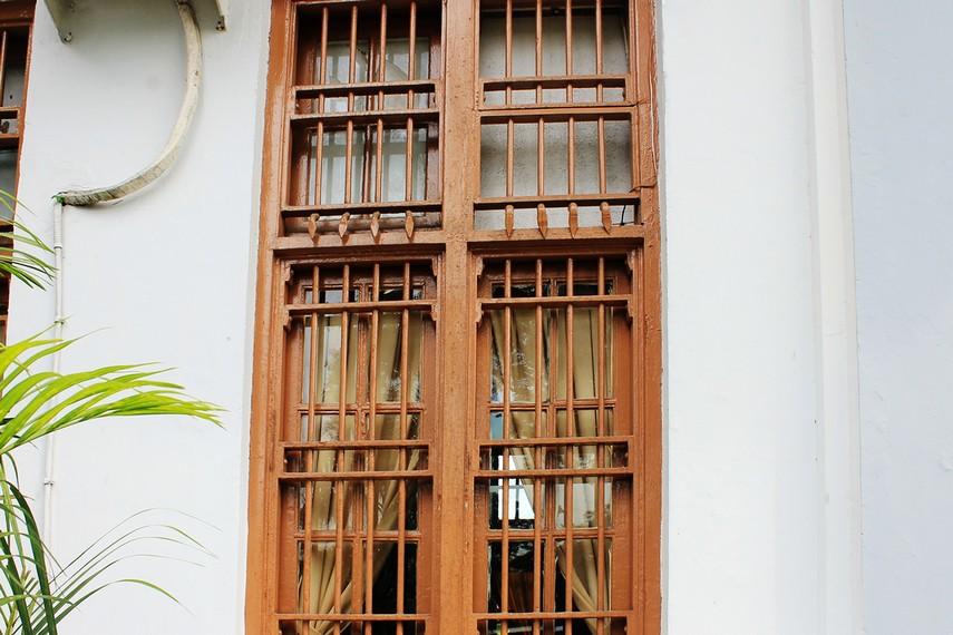 Bingkai jendela yang masih belum diganti sejak awal bangunan ini didirikan