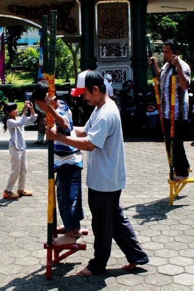 Cara memainkan egrang sangat sederhana, dengan menaruh tapak kaki pada pijakan bambu sementara tangan memegang bambu bagian atas agar bisa berjalan dengan seimbang