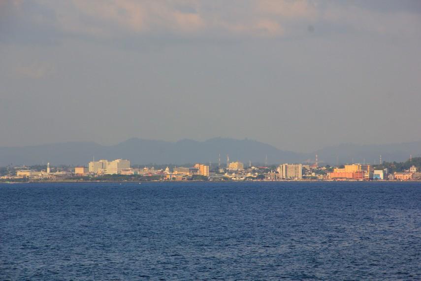Pemandangan berupa Pulau Manado Tua yang menjulang tinggi layaknya gunung dapat disaksikan dari pantai ini